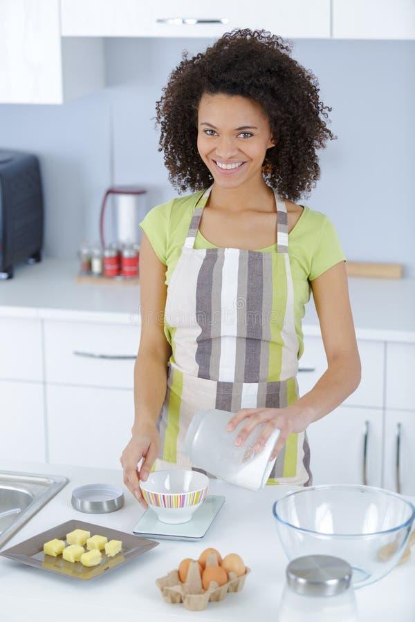 Женщина делая тесто для тортов стоковое фото rf