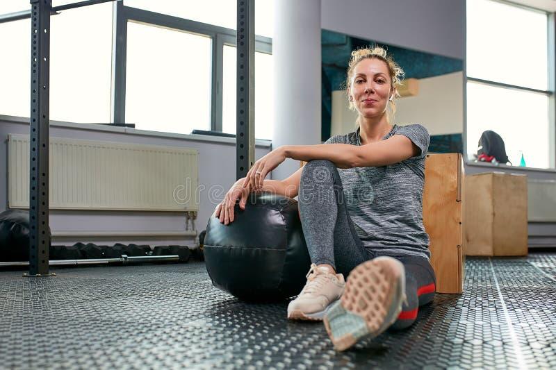 Женщина делая тренировки с fitball в тренажерном зале фитнеса Включая мышцы ядра подбрюшные Концепция изображения здорового стоковая фотография rf