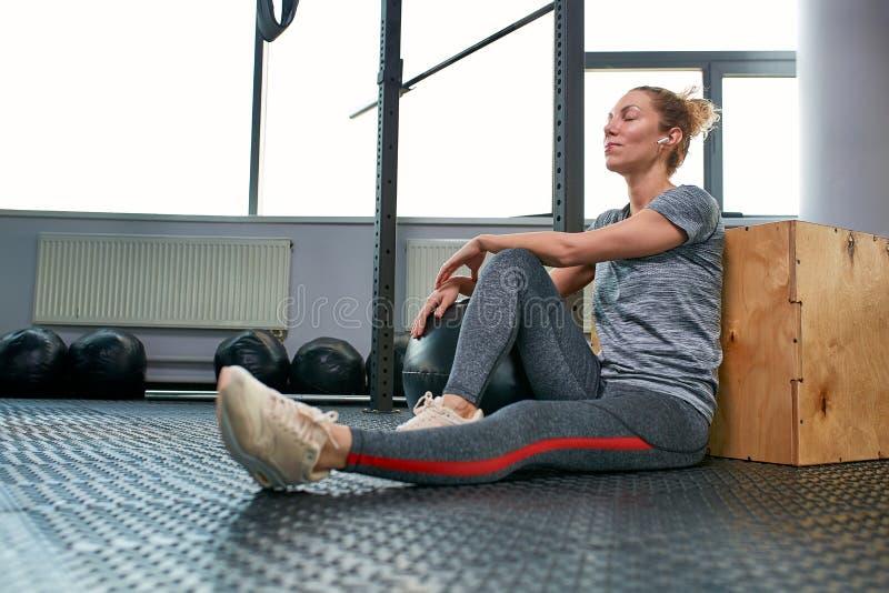 Женщина делая тренировки с fitball в тренажерном зале фитнеса Включая мышцы ядра подбрюшные Концепция изображения здорового стоковое изображение rf