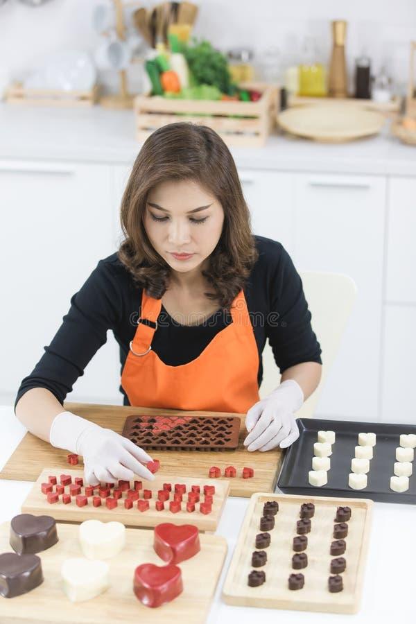 Женщина делая шоколад стоковые фото