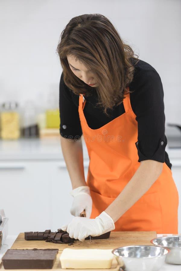 Женщина делая шоколад стоковое фото