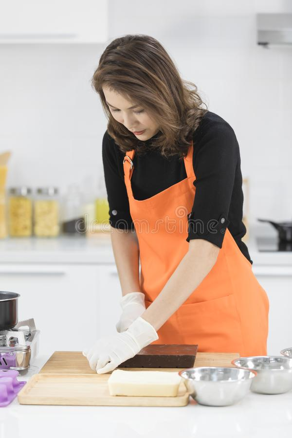Женщина делая шоколад стоковые изображения