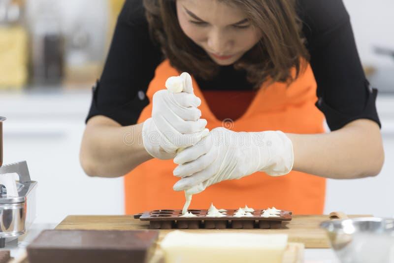Женщина делая шоколад стоковые фотографии rf