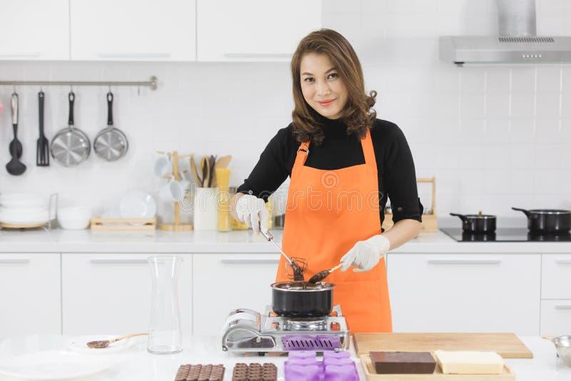 Женщина делая шоколад стоковые изображения rf