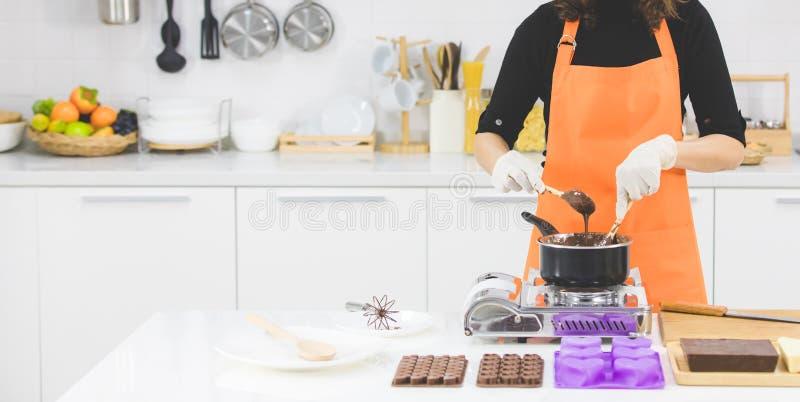 Женщина делая шоколад стоковое изображение rf
