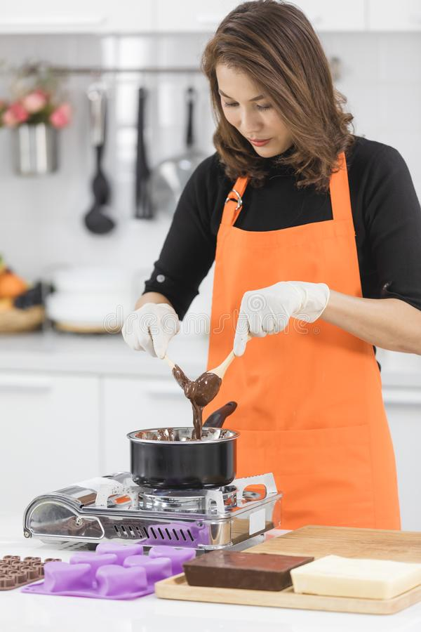Женщина делая шоколад стоковая фотография rf