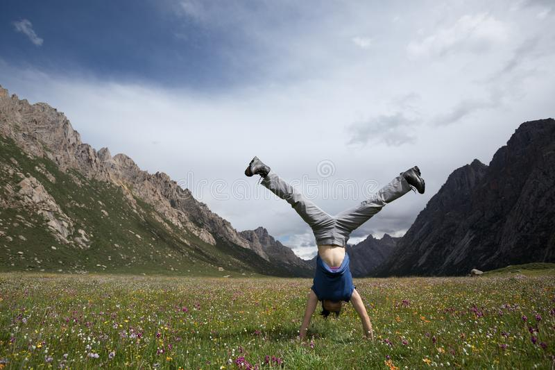 Женщина делая handstand стоковое фото