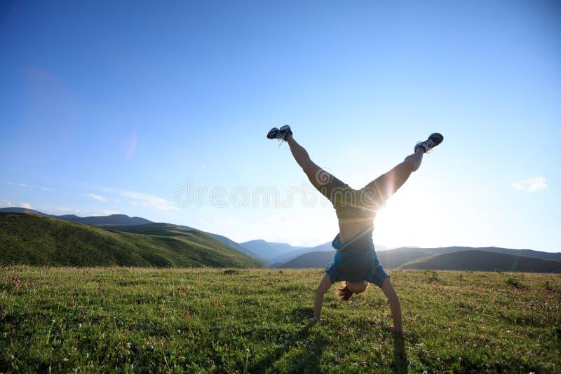 Женщина делая handstand стоковые фото