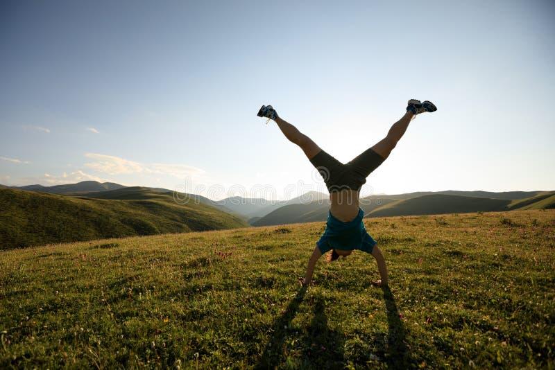 Женщина делая handstand стоковая фотография