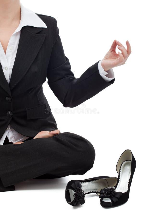 Женщина дела ослабляя в положении лотоса стоковые фото
