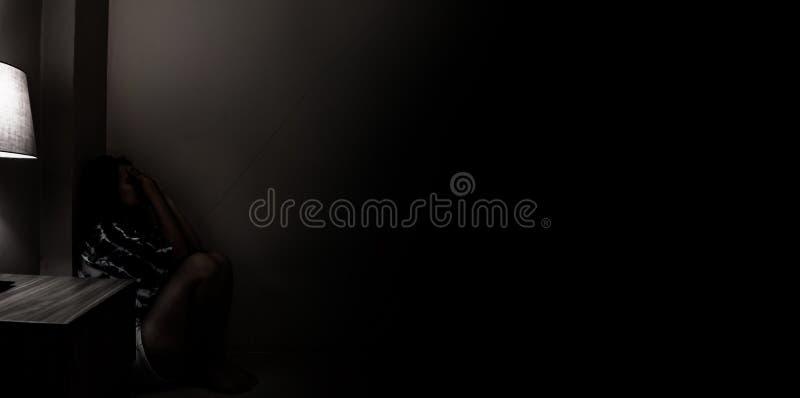 Женщина депрессии самостоятельно в темной комнате Проблема психических здоровий, PTSD стоковая фотография rf