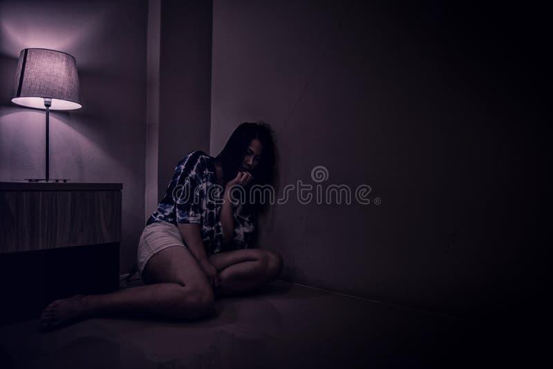 Женщина депрессии самостоятельно в темной комнате Проблема психических здоровий, PTSD стоковые фотографии rf