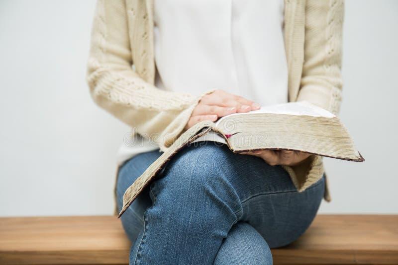 Женщина держа библию стоковая фотография rf