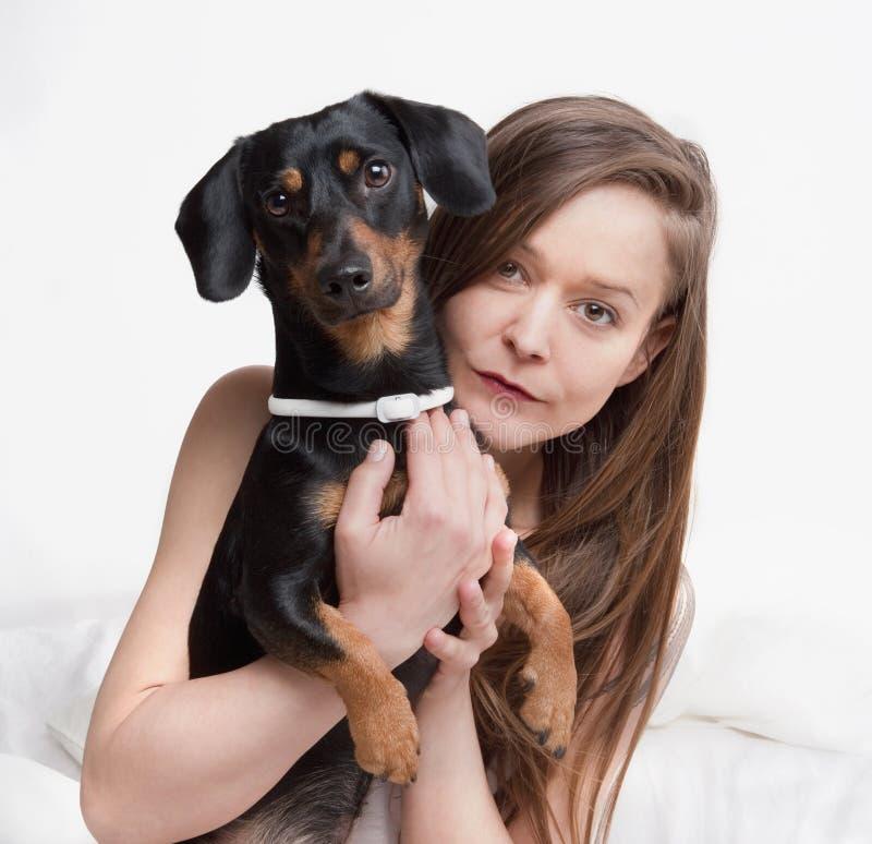 Женщина держа ее собаку стоковые фотографии rf