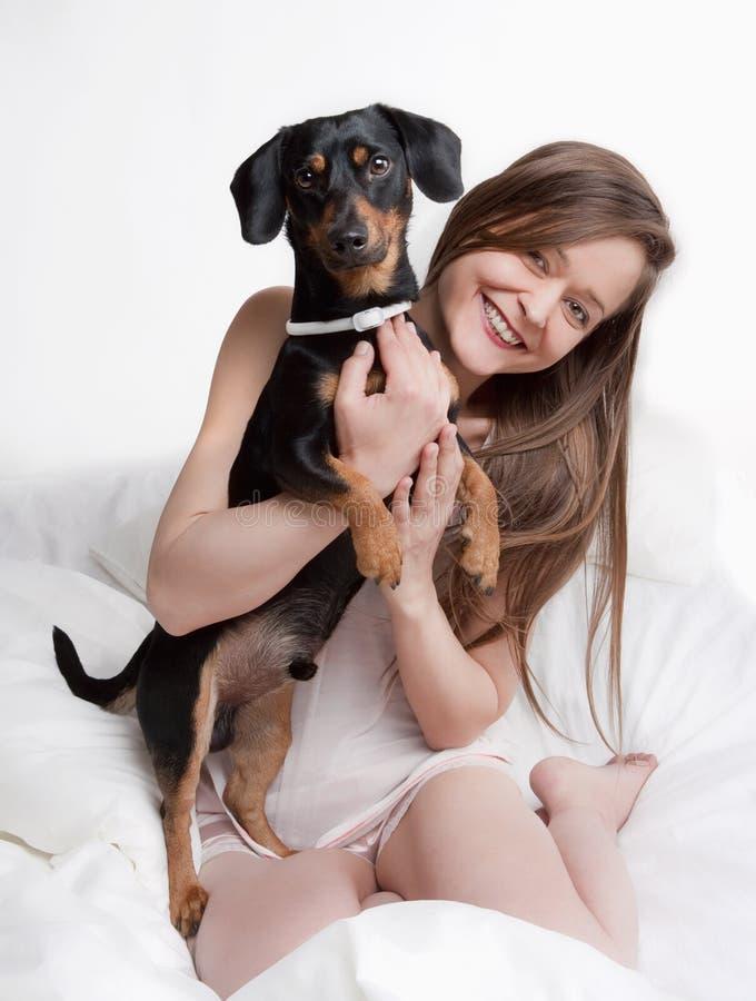 Женщина держа ее собаку стоковое фото rf