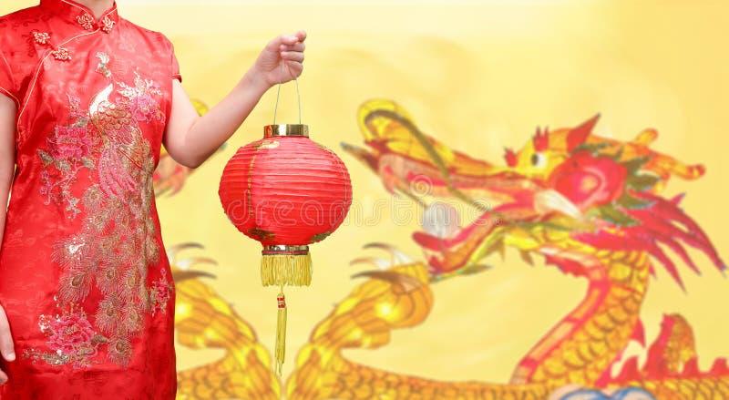Женщина держа китайский фонарик Нового Года в городке фарфора стоковые фотографии rf