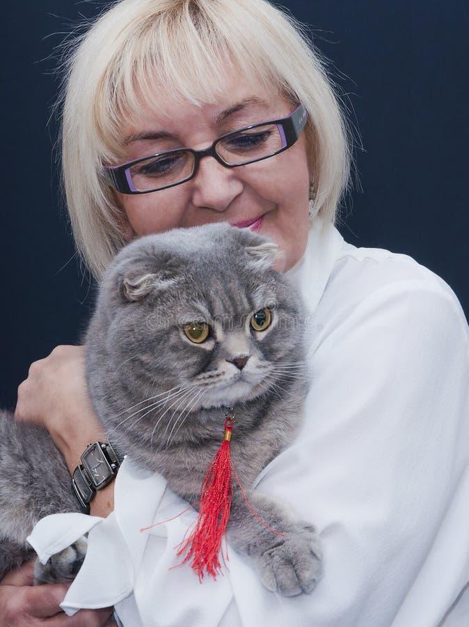 Женщина держа кота створки Scottish стоковые изображения