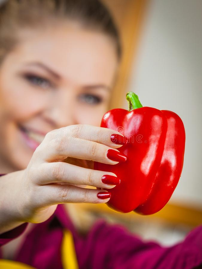 Женщина держа красный болгарский перец стоковая фотография