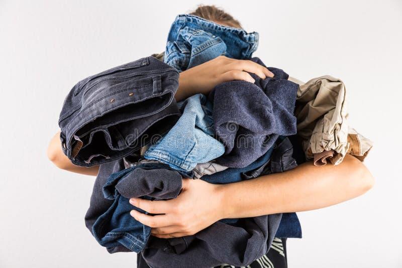 Женщина держа огромную кучу грязных одежд стоковое фото rf