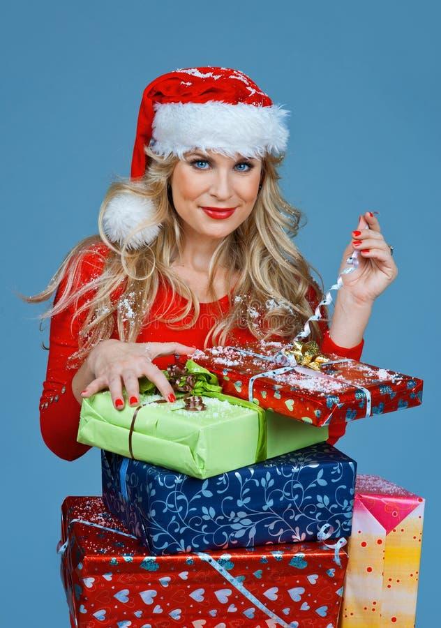 Женщина держа подарки рождества стоковое изображение rf