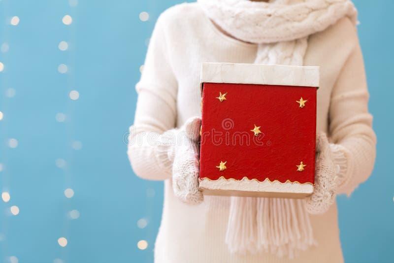 Женщина держа подарочную коробку рождества стоковые фотографии rf