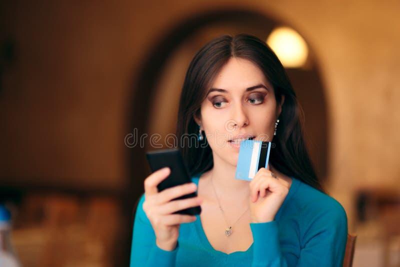 Женщина держа покупки кредитной карточки и смартфона онлайн стоковое изображение rf
