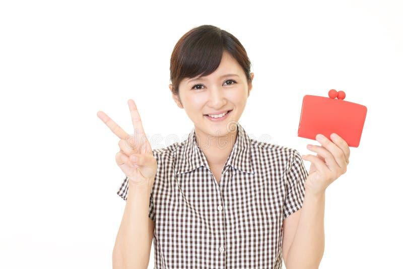 Женщина держа портмоне стоковые фото