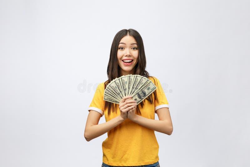 Женщина держа примечание банковских денег Милая молодая модель показывая наличные деньги Крупный план шикарные мульти-этническое  стоковая фотография rf