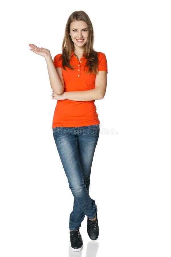 Женщина держа пустой космос экземпляра на ее открытой ладони стоя в во всю длину стоковые фото