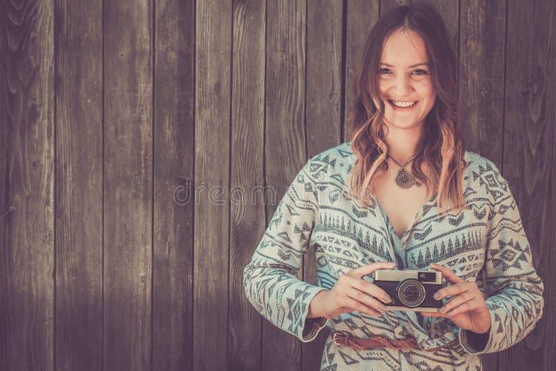 Женщина держа ретро камеру стоковое изображение rf