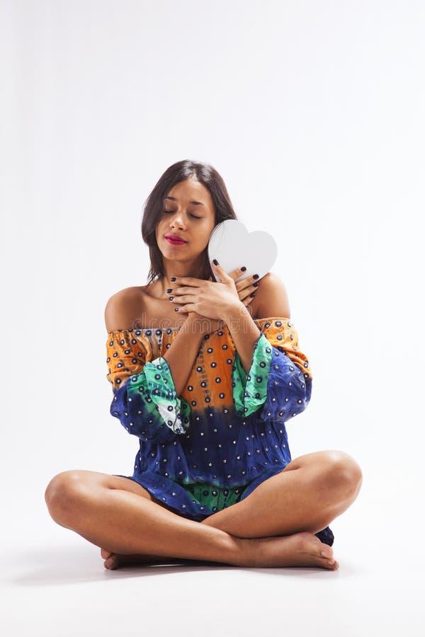 Женщина держа форму сердца стоковая фотография rf