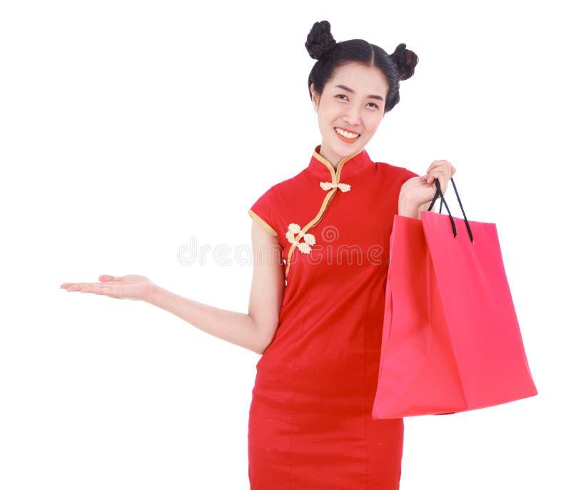 Женщина держа хозяйственную сумку и открытую ладонь руки в концепции happ стоковое фото rf