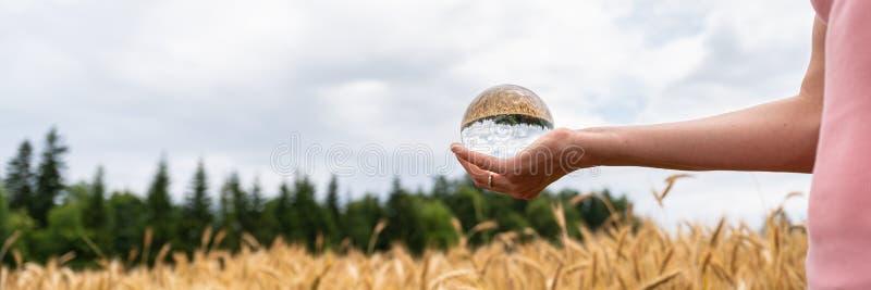 Женщина держа хрустальный шар в ее положении руки в природе стоковые фотографии rf