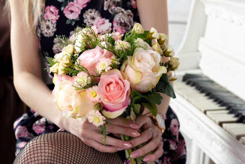 Женщина держа шикарный букет цветка в розовых тонах украшенный с смычком на день валентинки s и для невесты стоковое фото