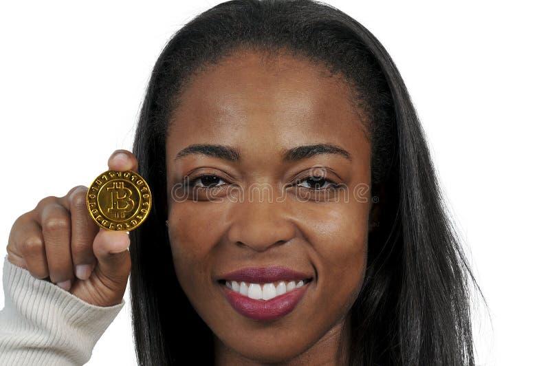 Женщина держа bitcoin стоковое изображение rf