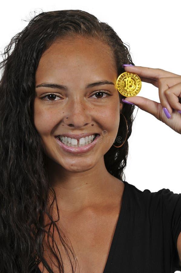 Женщина держа bitcoin стоковая фотография rf