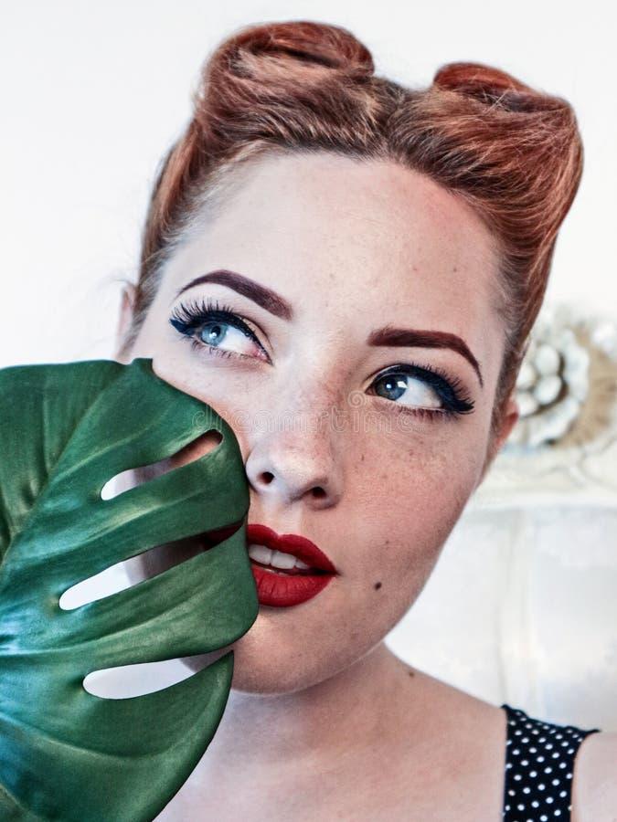 Женщина держа frond ладони стоковое фото