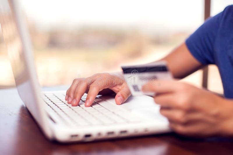 Женщина держит кредитную карточку и делает онлайн-платеж E стоковое фото rf