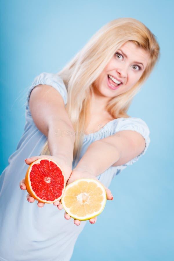 Женщина держит цитрусовые фрукты грейпфрута в руках стоковая фотография rf