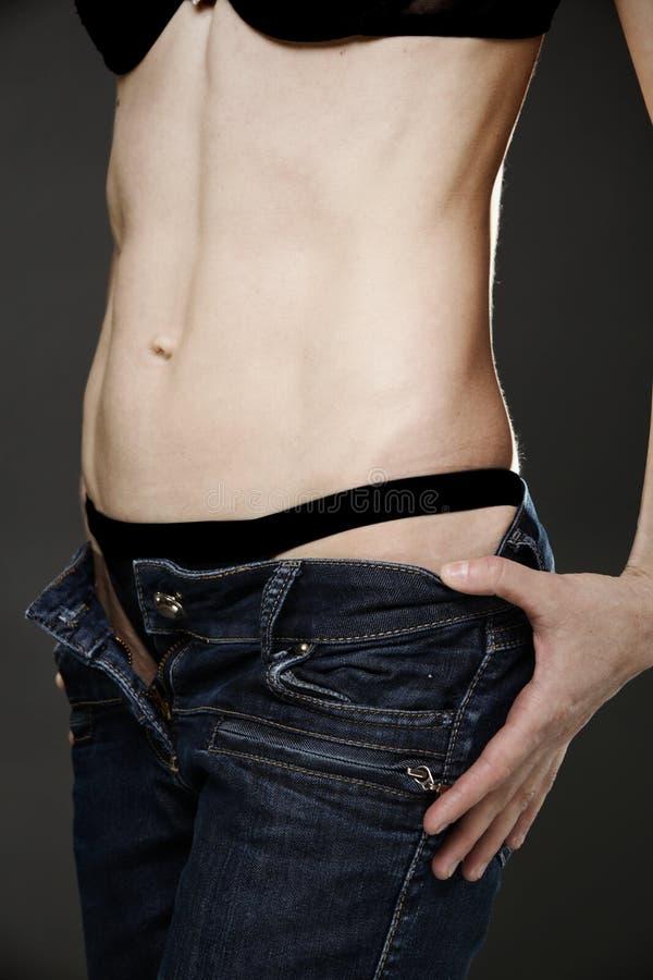 Женщина детенышей подходящая в джинсыах стоковая фотография rf