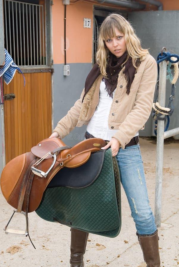 женщина джинсыов лошади стоковая фотография rf