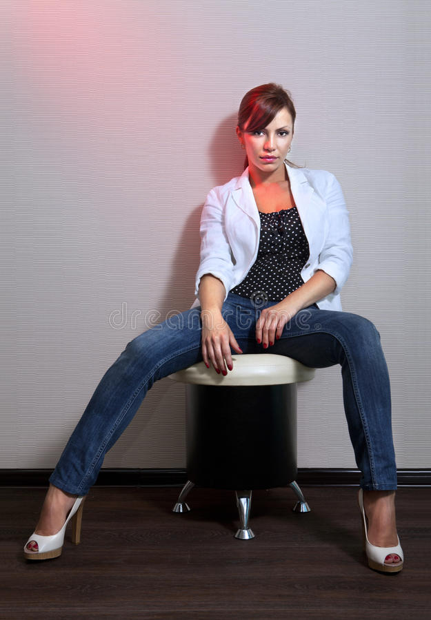 женщина джинсыов стоковое изображение
