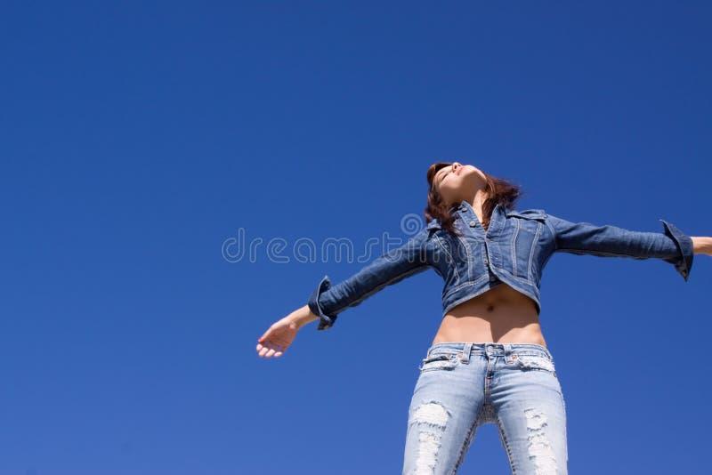 женщина джинсыов стоковое изображение rf