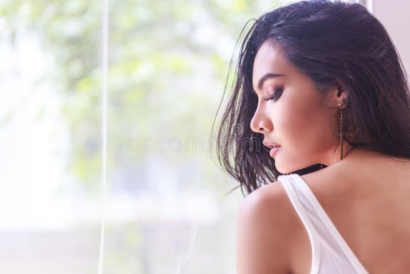 Женщина длинных волос красивая стоковые изображения rf