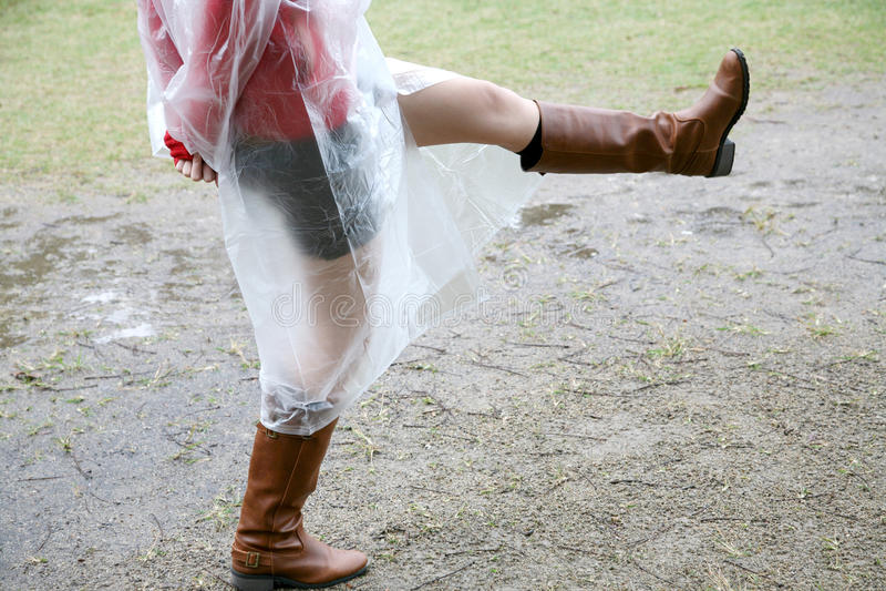 женщина дождя гуляя стоковое фото rf