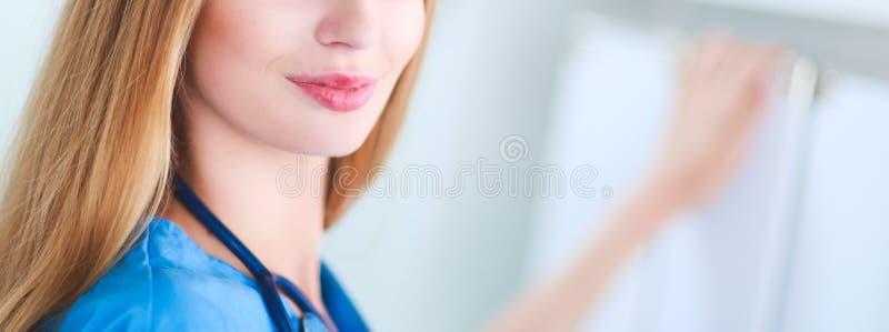 Женщина доктора стоит в близко окне стоковая фотография rf
