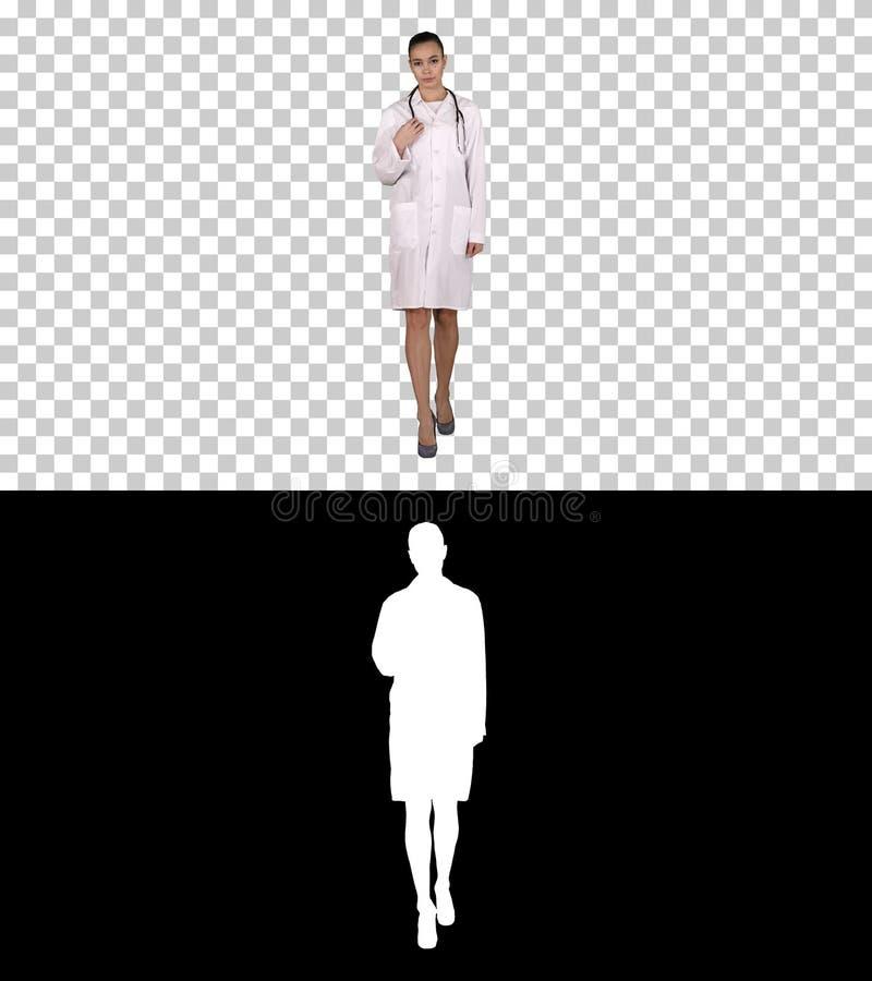 Женщина доктора терапевта идя прямой, канал альфы стоковое фото rf