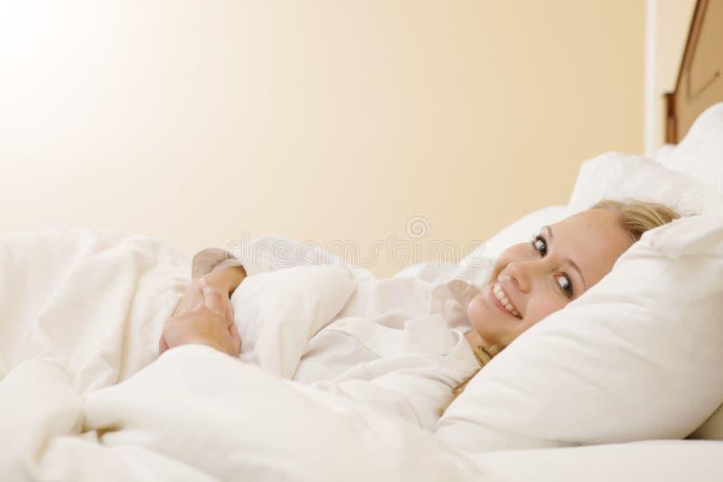 женщина дома кровати лежа мирная отдыхая стоковые изображения rf