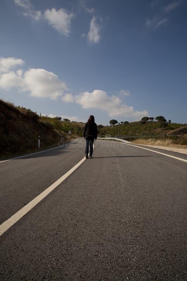 женщина дороги асфальта гуляя стоковые фото
