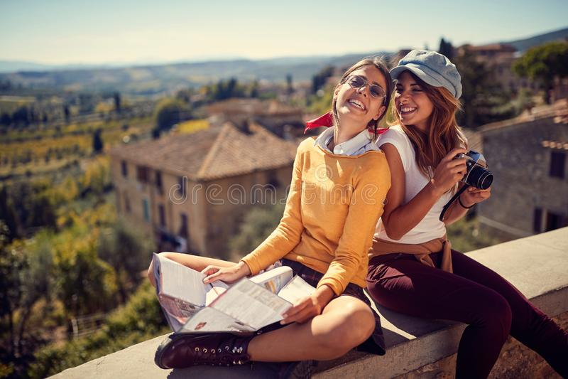 Женщина 2 друзей наслаждаясь в отпуске фотографируя стоковое изображение rf